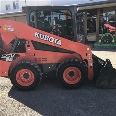 Photo 3. KUBOTA SSV65 skid steer loader