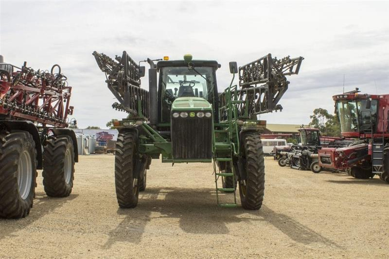 Photo 1. John Deere 4940 self propelled sprayer