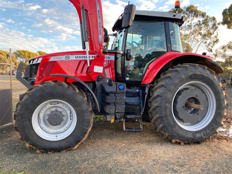 Massey Ferguson 7722 tractor with loader