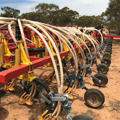 Photo 4. BOURGAULT 8910 airseeder