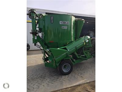 FRONTIER GX 1117 feed mixer