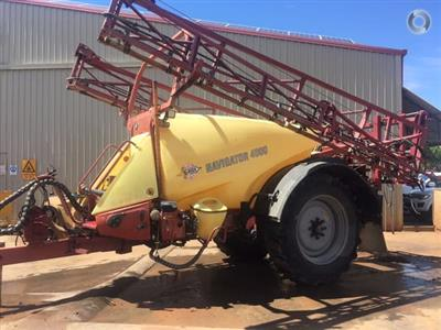Photo 4. Hardi Navigator 4000LT boom sprayer