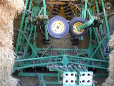 Photo 4. John Deere 1830 airseeder